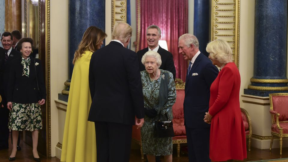 Gespot: Misverstandje tussen Queen en dochter prinses Anne 🤷en de koning die zijn handbagage liever zelf draagt